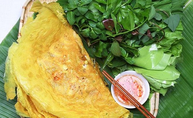 Bánh Xèo - Crispy Southern Pancake, the very popular street food in Saigon